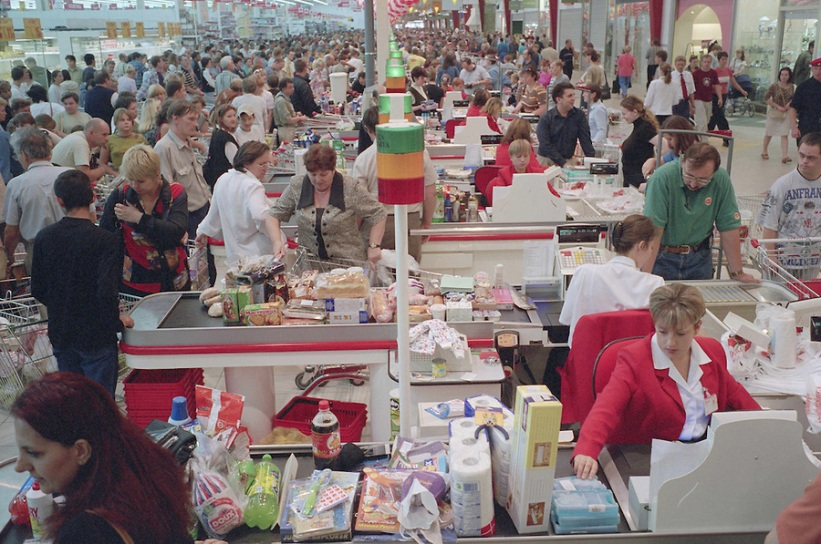 Moscow, Russia, 31/08/2002. Crowds at the newly opened Auchan hypermarket.