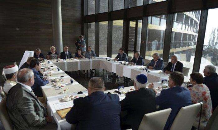 Russian-officials-visit-crimea-2