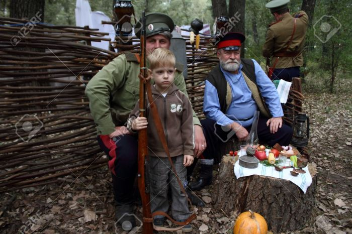 15293869-STANITSA-LUGANSKAYA-UKRAINE-SEPTEMBER-8-2012-little-boy-with-gun-with-two-Don-Cosacks-International--Stock-Photo